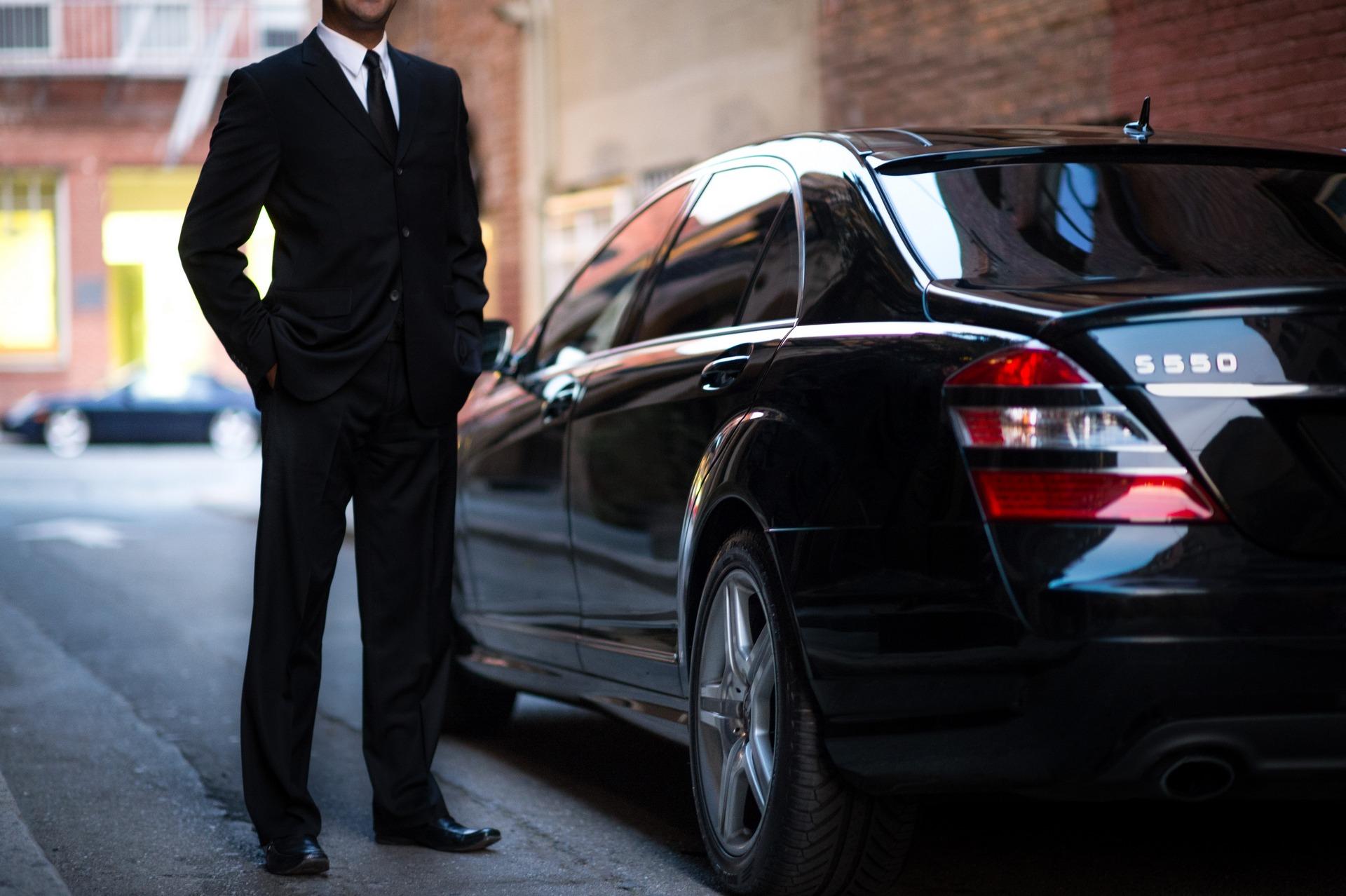 кричит забора, фото мужчина в костюме возле машины том, как